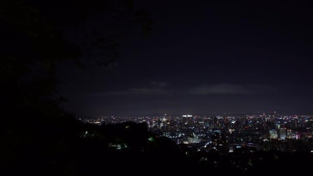 4K, Zvýšený pohled na krajinu budovy Taipei 101 v noci ze sloní hory. Světla mrakodrapu města na Tchaj-wanu. Nádherné zázemí v centru města s vysokou stavbou na večer-Dan