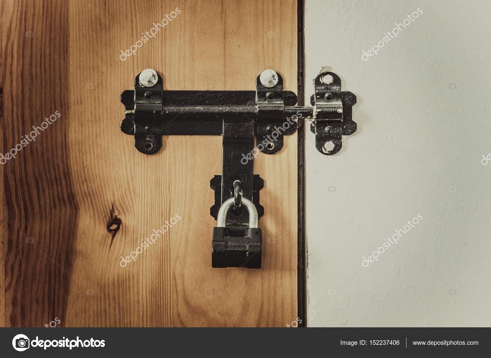 Antiguo pestillo en una puerta con un candado foto de - Pestillo para puerta ...