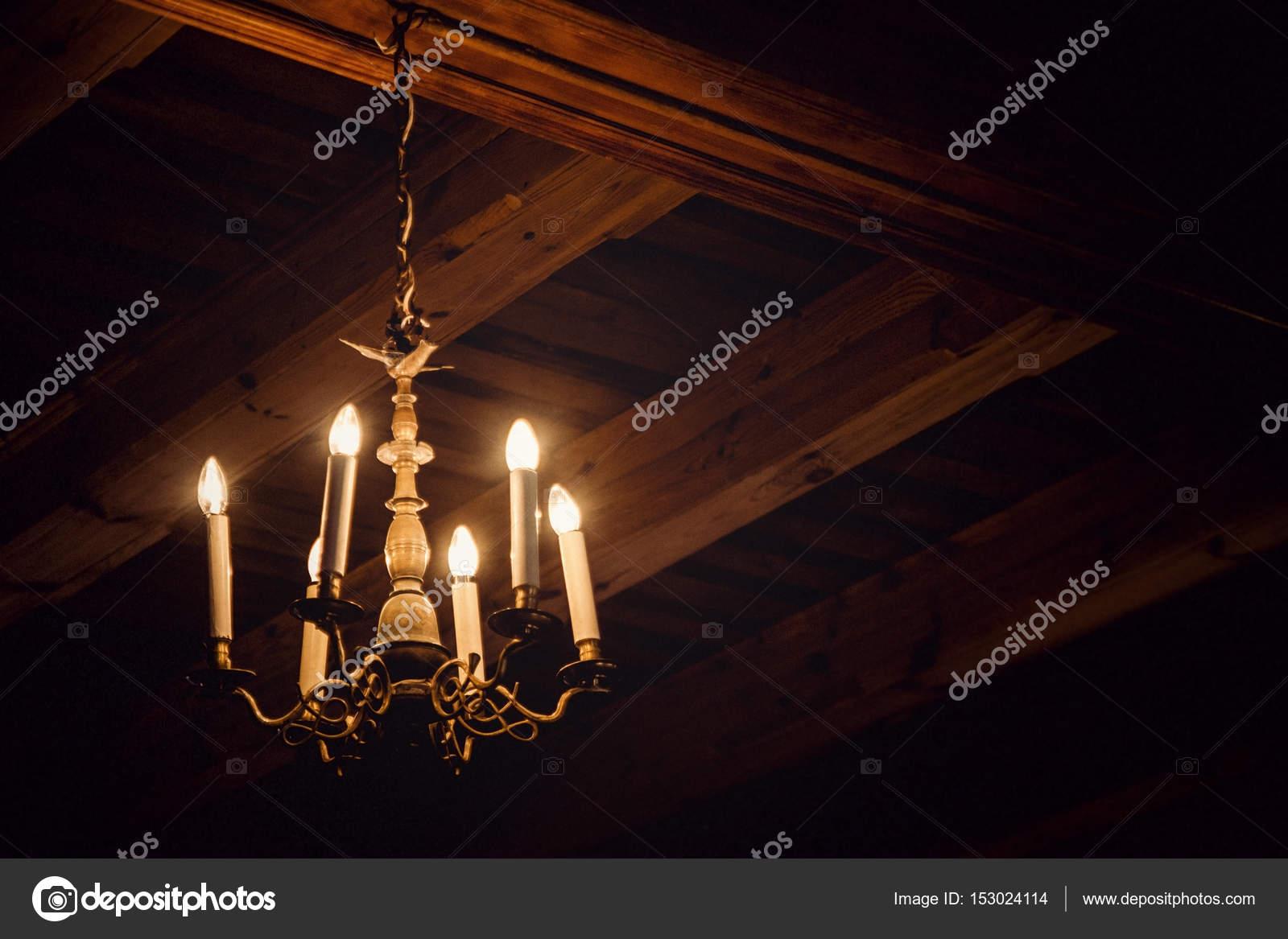Antike Kronleuchter Frankreich ~ Antike kronleuchter in einem dachboden u stockfoto fantom rd