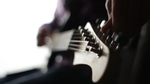 Gitáros beállítja az elektromos gitár, a koncert előtt