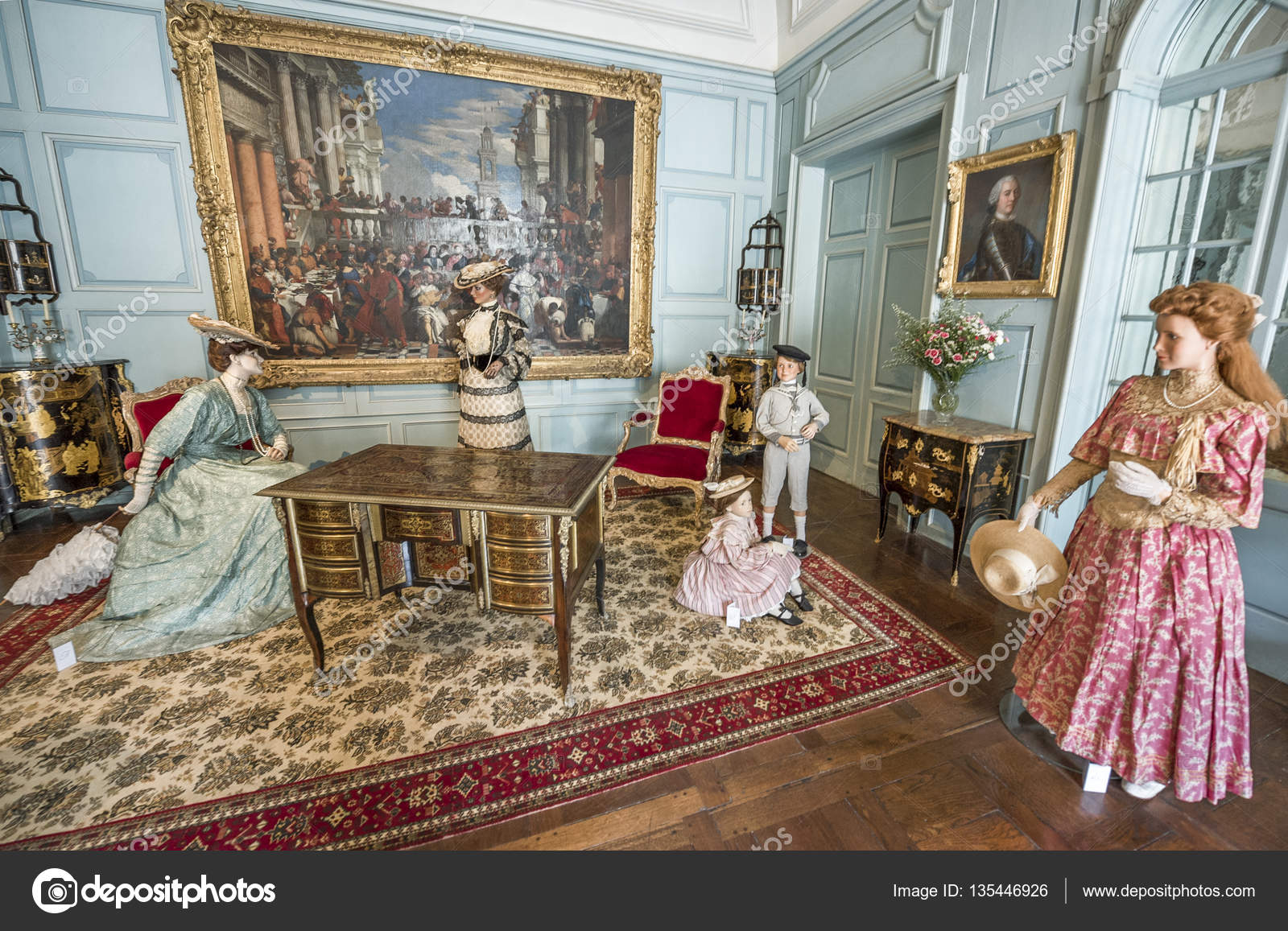 https://st3.depositphotos.com/2591003/13544/i/1600/depositphotos_135446926-stock-photo-the-interior-of-usse-castle.jpg