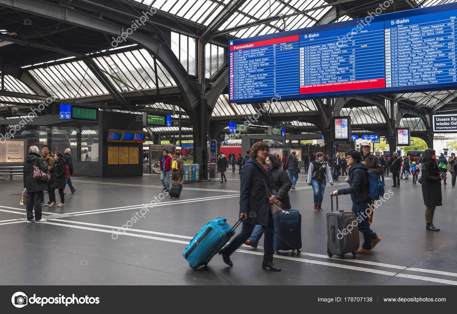 Aeroporto Zurigo Partenze : Zurigo svizzera aprile passeggeri alla stazione ferroviaria