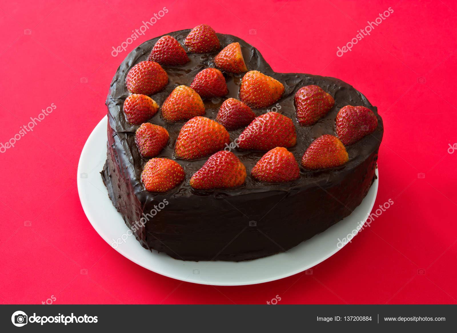 Kuchen In Herzform Fur Valentinstag Oder Muttertag Auf Rotem Grund
