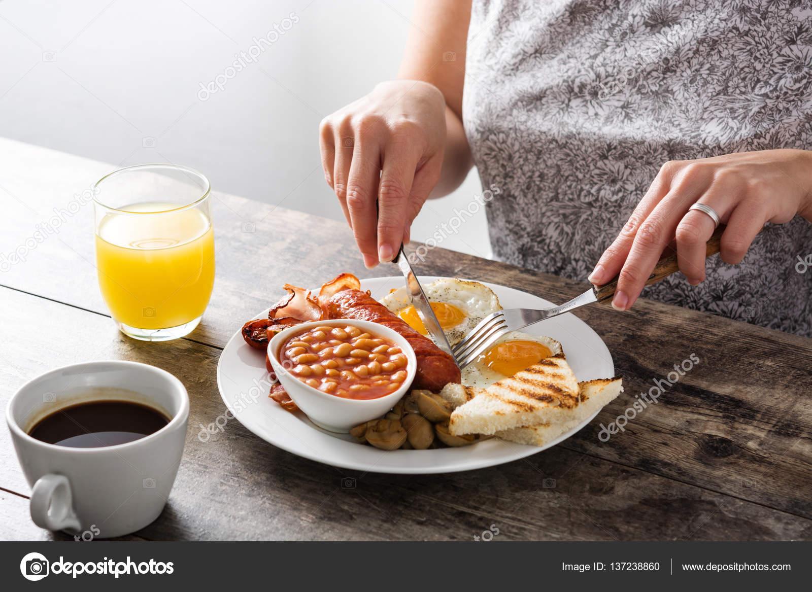 femme manger un petit d jeuner anglais traditionnel avec des ufs saucisses haricots. Black Bedroom Furniture Sets. Home Design Ideas