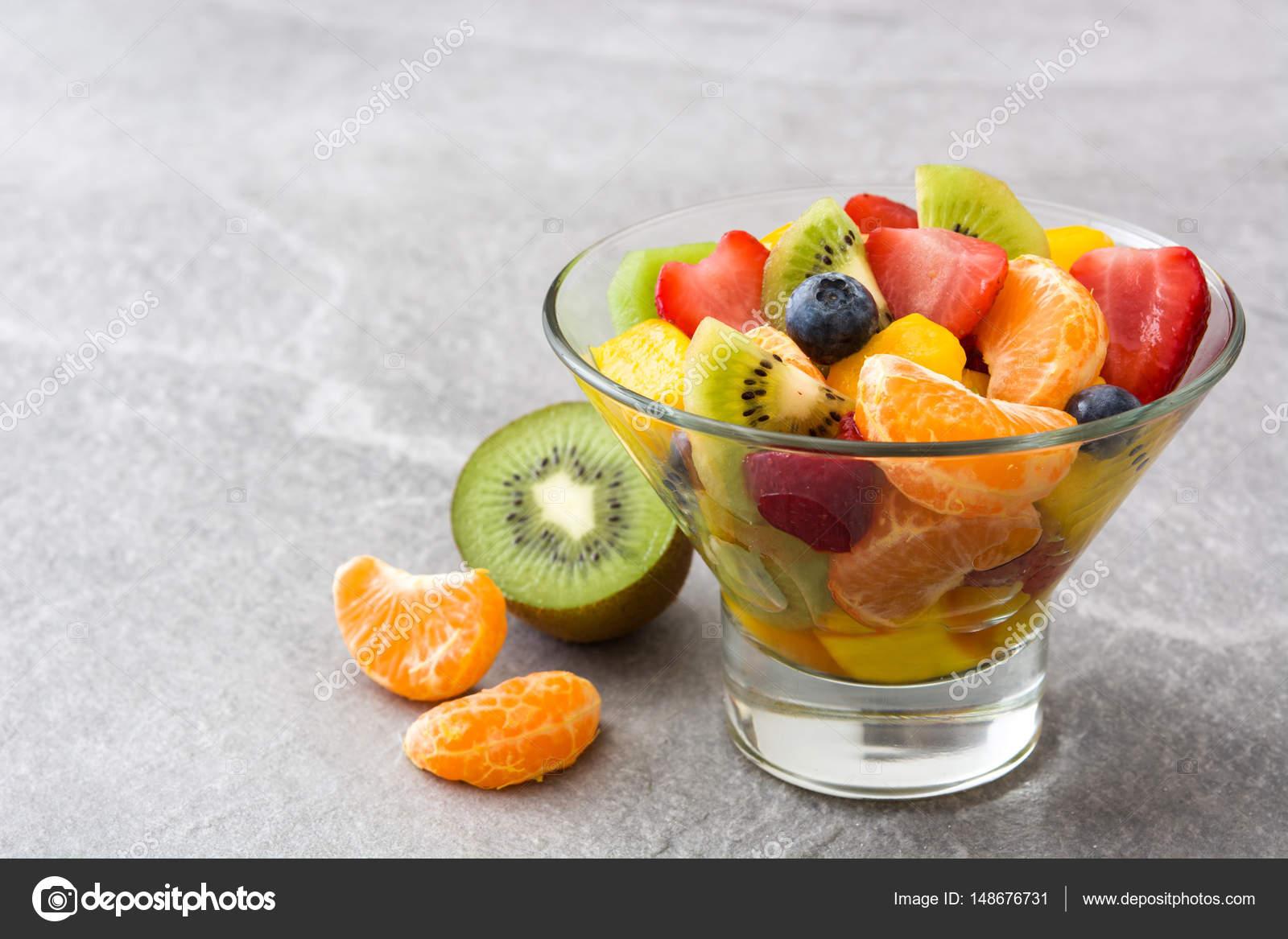 Ensalada de frutas en cuenco de cristal en gris piedra for Frutas de cristal