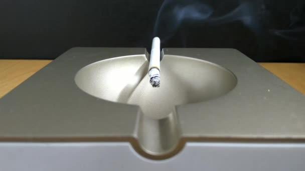 A dohányzás a hamutartó