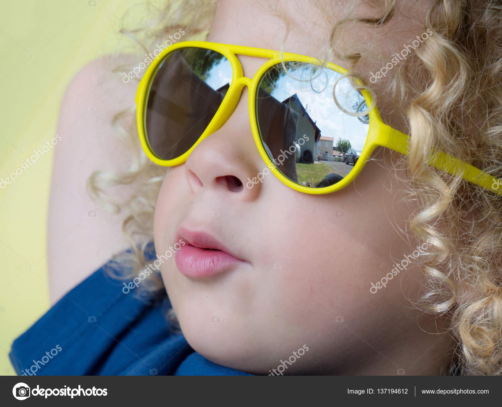 Amarillo Foto Stock Philipimage Niño — Gafas © Con De Rubio Sol rdBxoWQCe