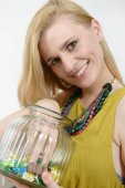 schöne junge blonde Frau mit Schachtel Bonbons