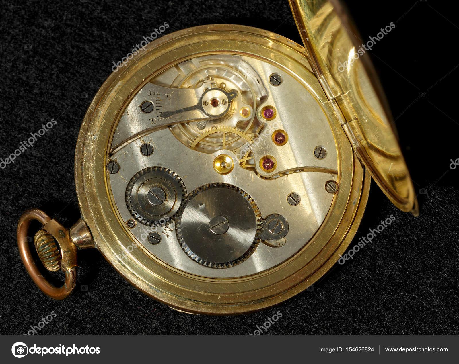 6716385d675 Interior de um velho relógio de bolso com um movimento mecânico de corda  manual — Fotografia por ...
