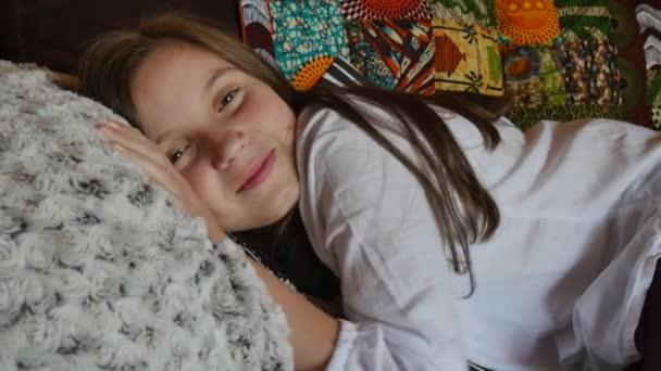 hezká mladá dospívající dívka leží na pohovce