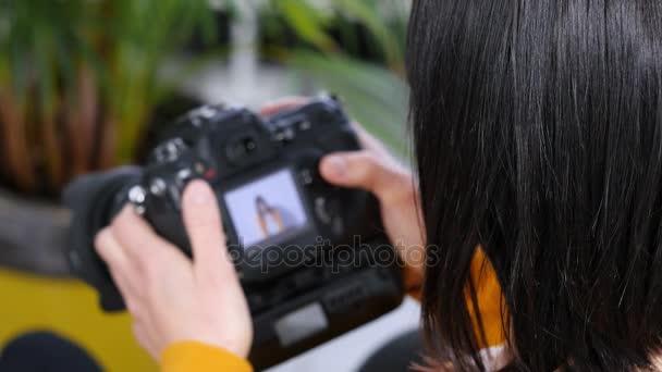 Frau-Fotografen auf der Suche Bilder von Dslr-Kamera