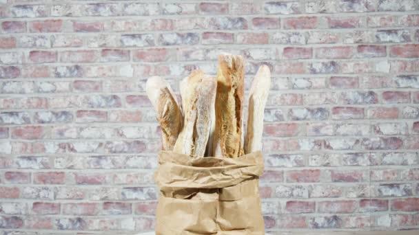 Mnozí francouzské bagety chleba v papírové tašce, rotace