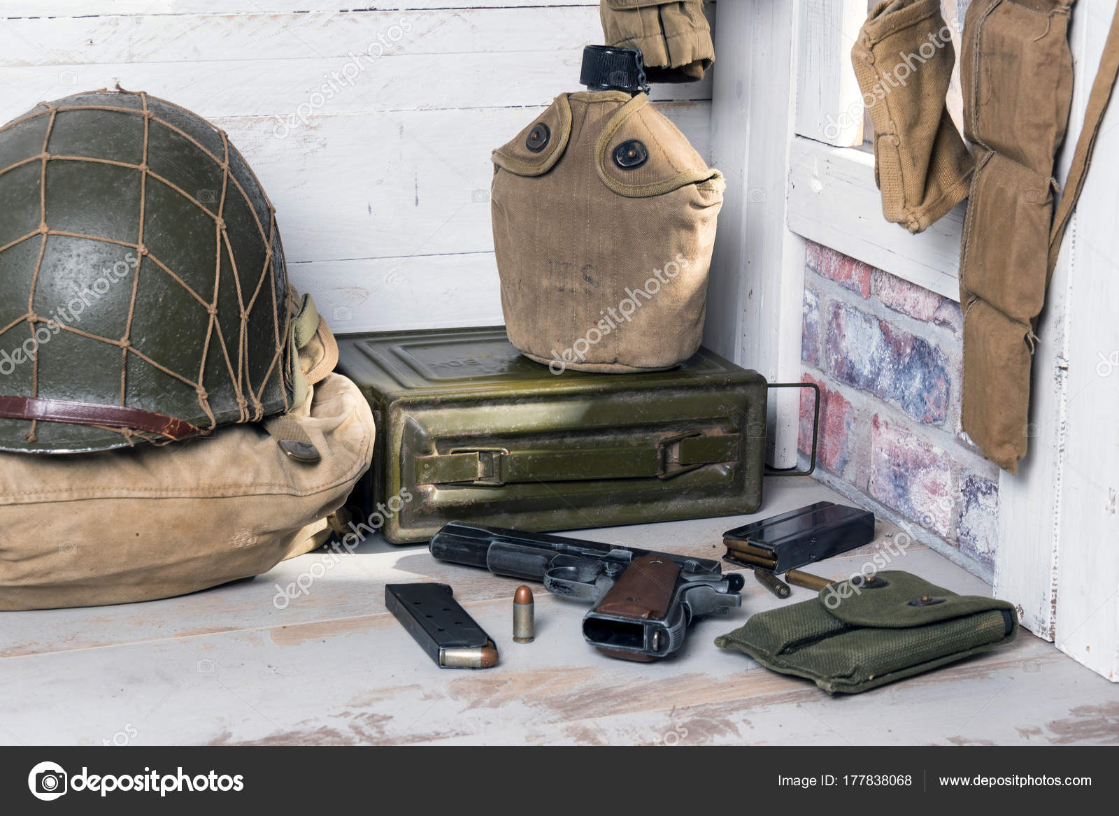 7939cb00721c Amerikai katonai felszerelések and fegyverek World War II — Stock ...