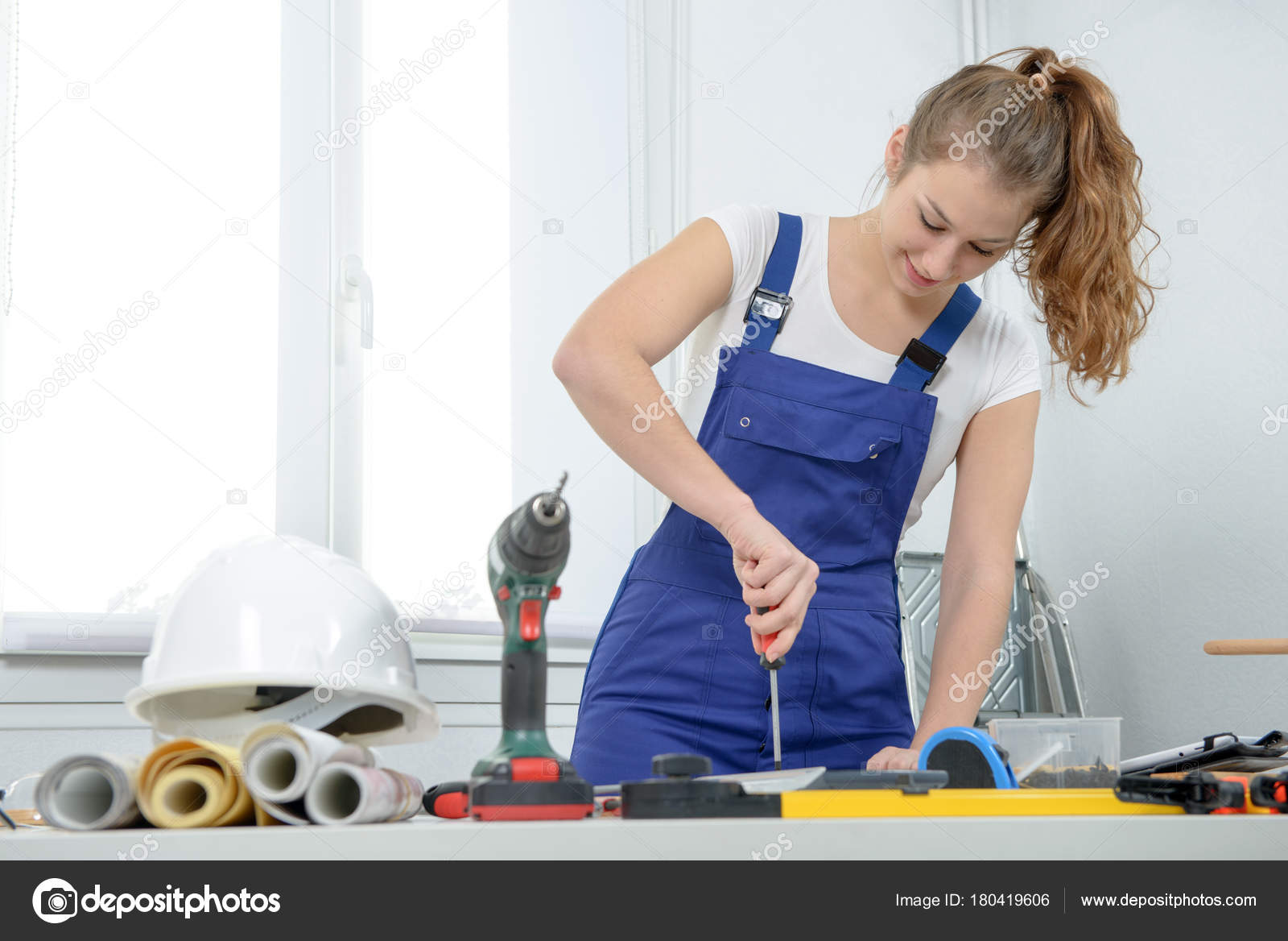 Bella Giovane Donna Facendo Un Lavoro Fai Da Te A Casa U2014 Foto Di Philipimage