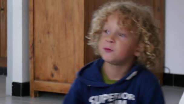 malý Plavovlasý chlapec jíst jablka nakrájená na kousky