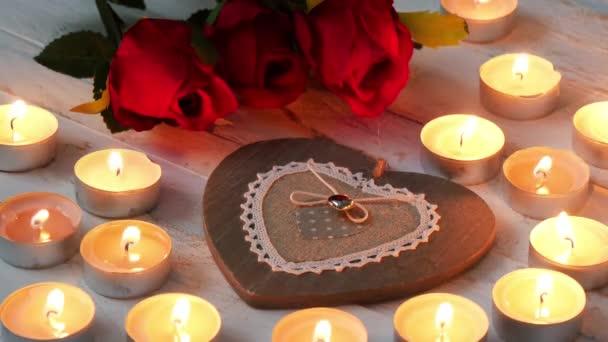 romantisches Konzept, Herzen, Rosen und kleine Kerzen