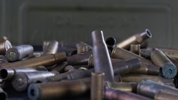 golyók, lőszer, forgalomba egy fekete tábla