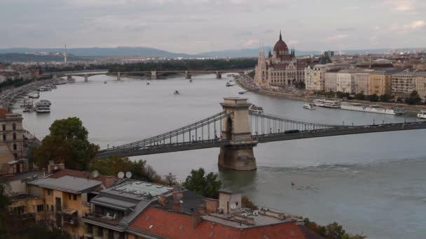 Esti kilátás a Dunántúlra, a Lánchídra és a Magyar Parlament épületére, Budapest