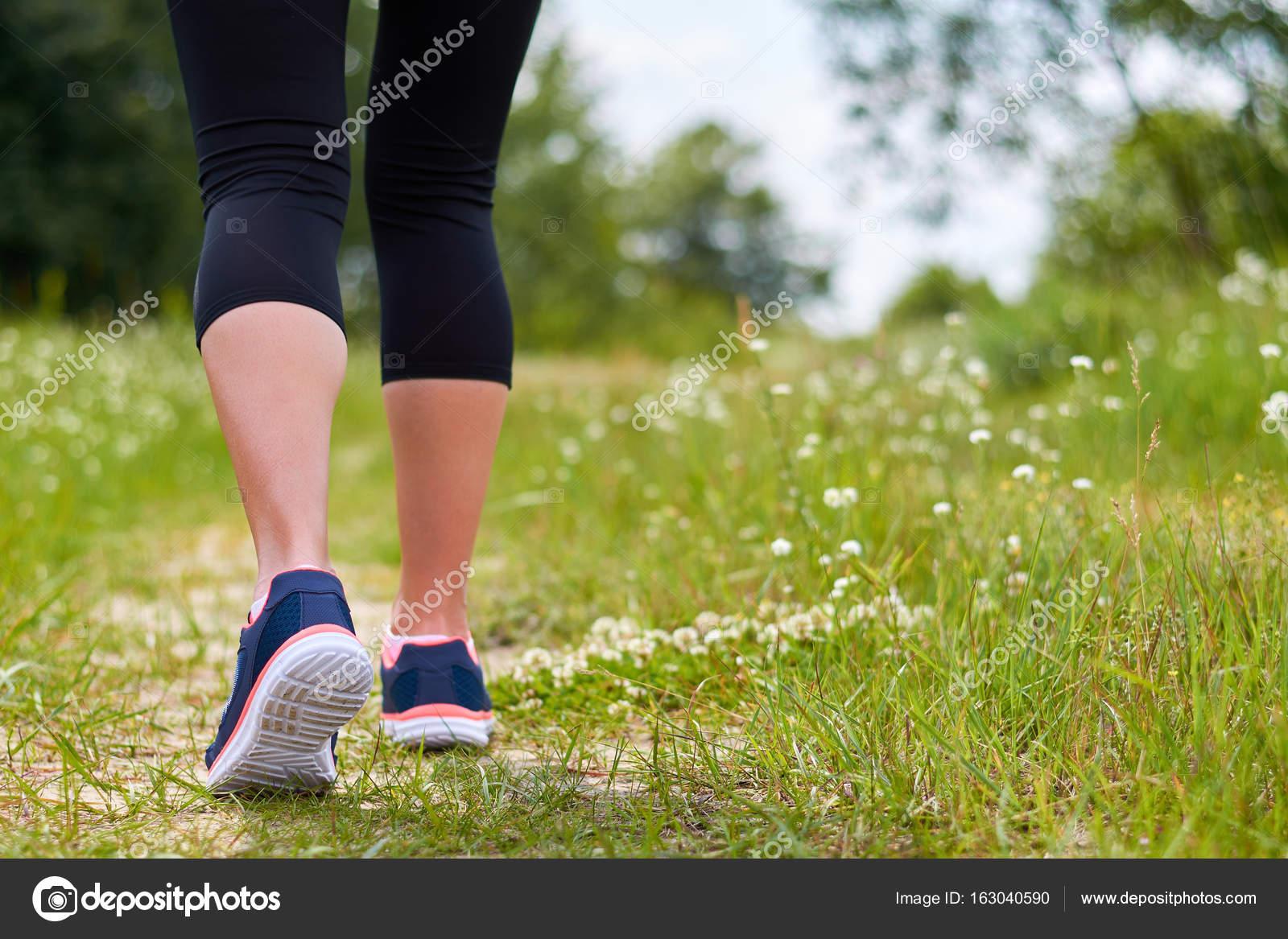 Ragazza è impegnata in cardio corre attraverso la foresta in