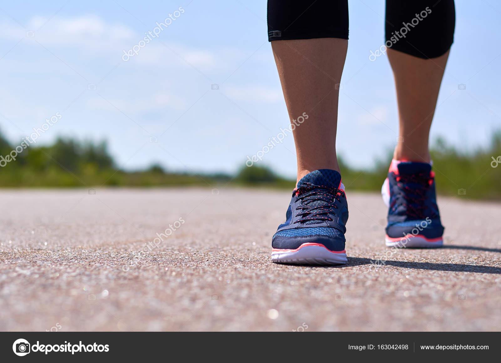 Фото у девушки видно ноги — img 13