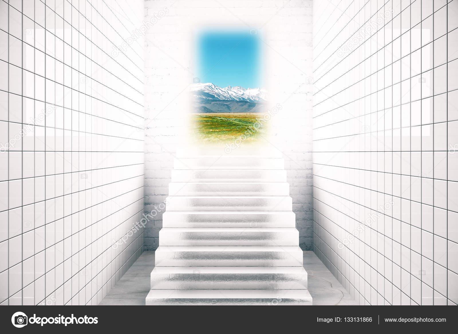 Interni di piastrelle bianche con scale che conducono al paesaggio