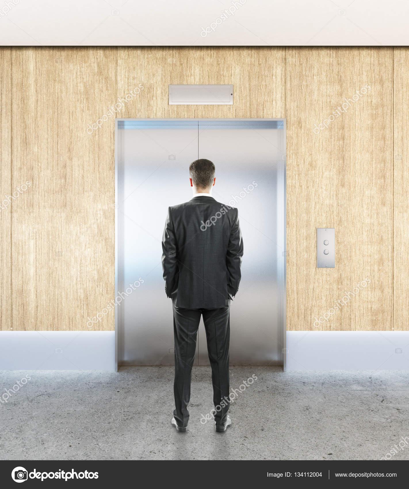 Homme intérieur avec ascenseur — Photographie peshkov © #134112004
