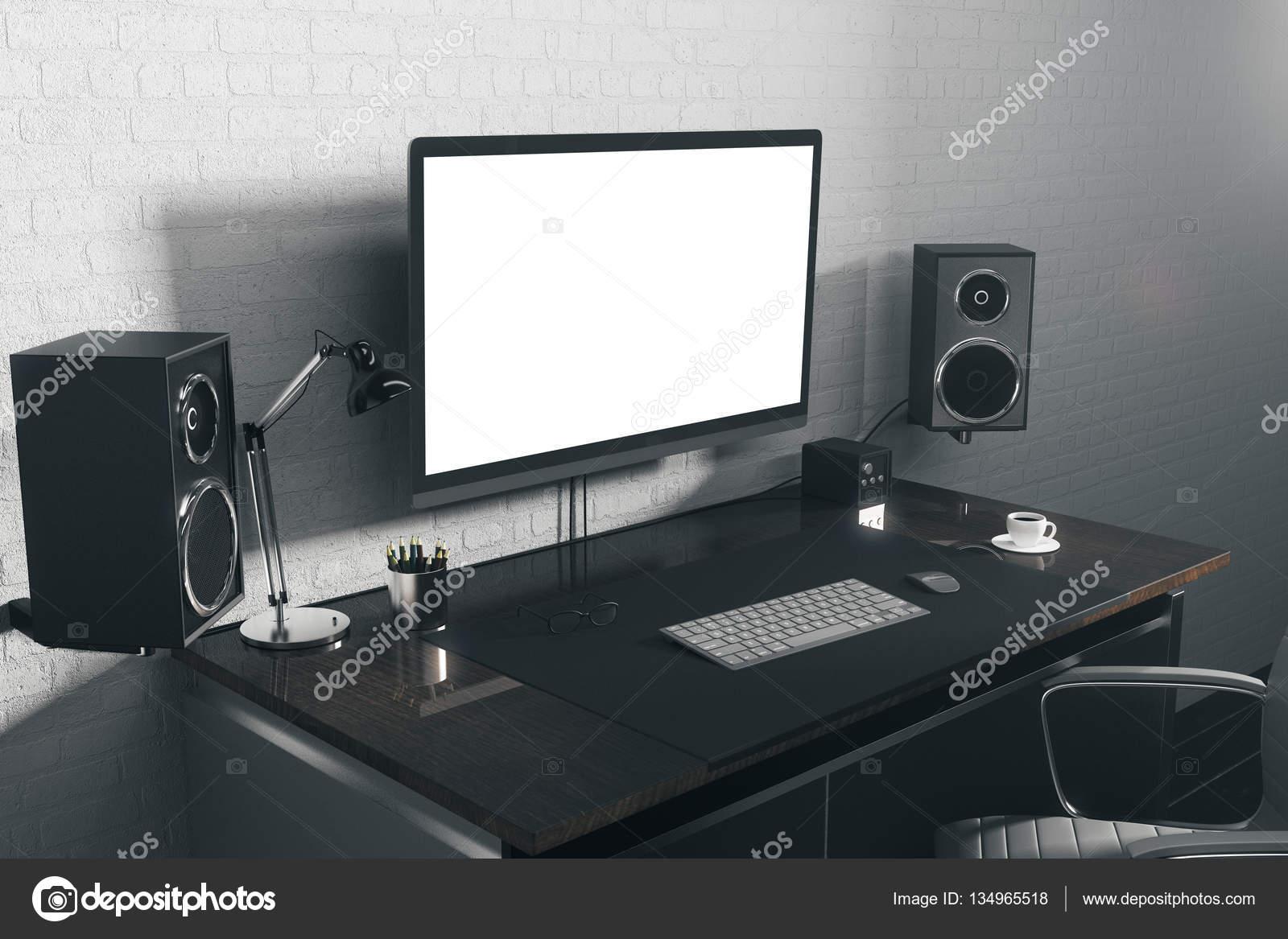 escritorio de diseo con el lado blanco de la computadora u foto de stock