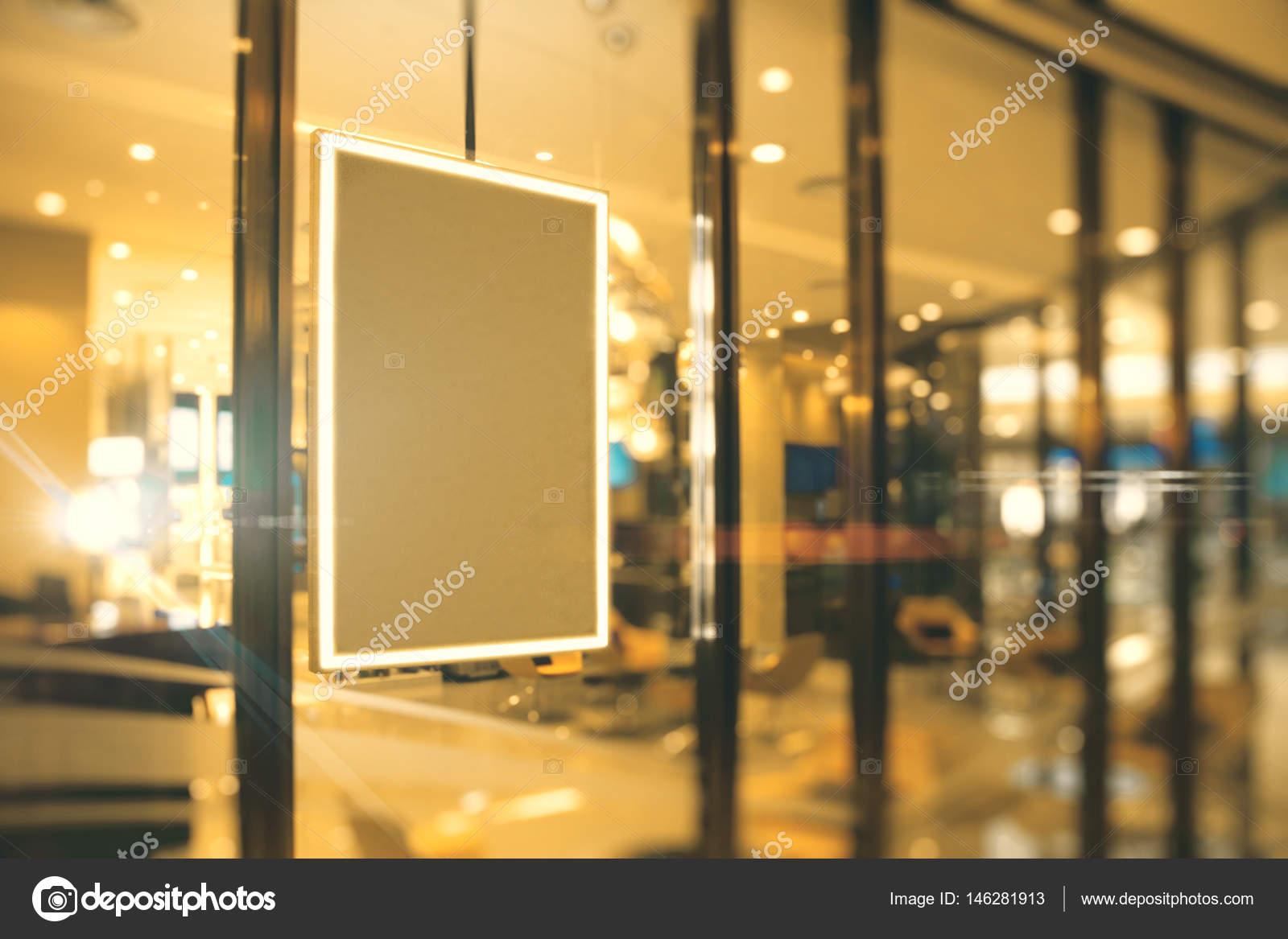 Vista lateral de marco de imagen vacío colgando en la ventana de la ...