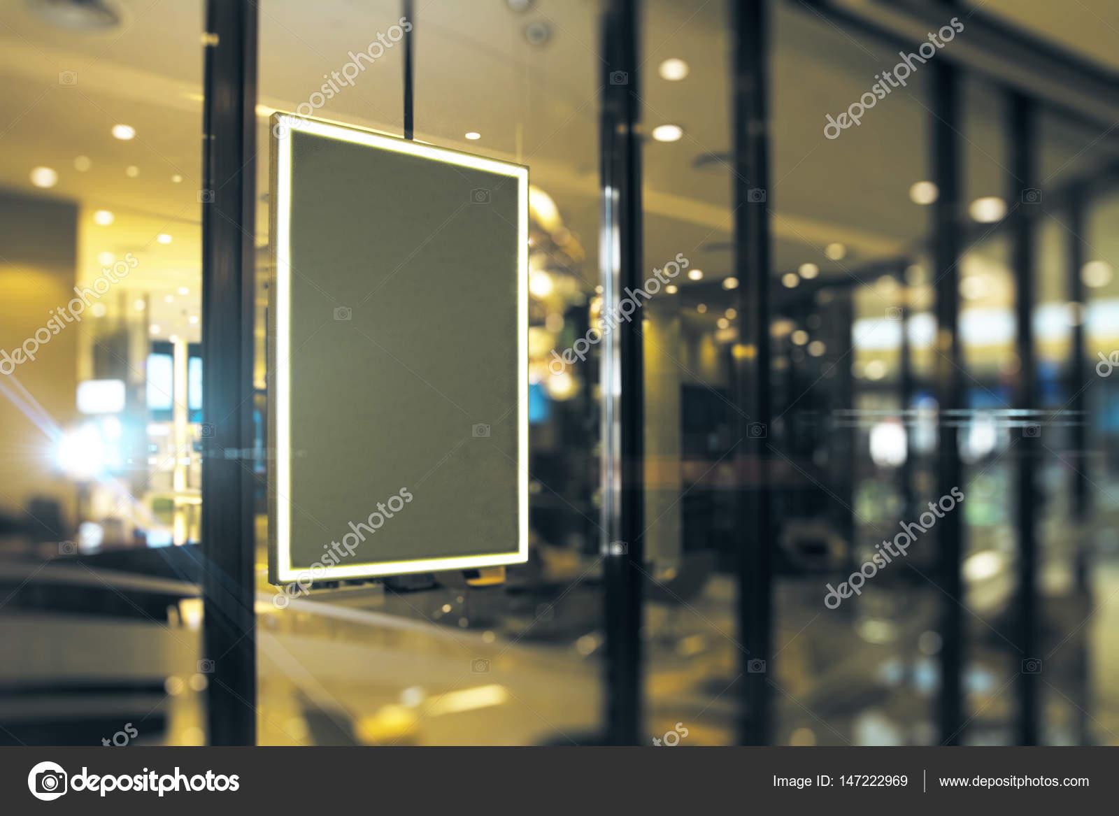 Seitenansicht der leeren schwarzen Bilderrahmen Schaufenster hängen ...