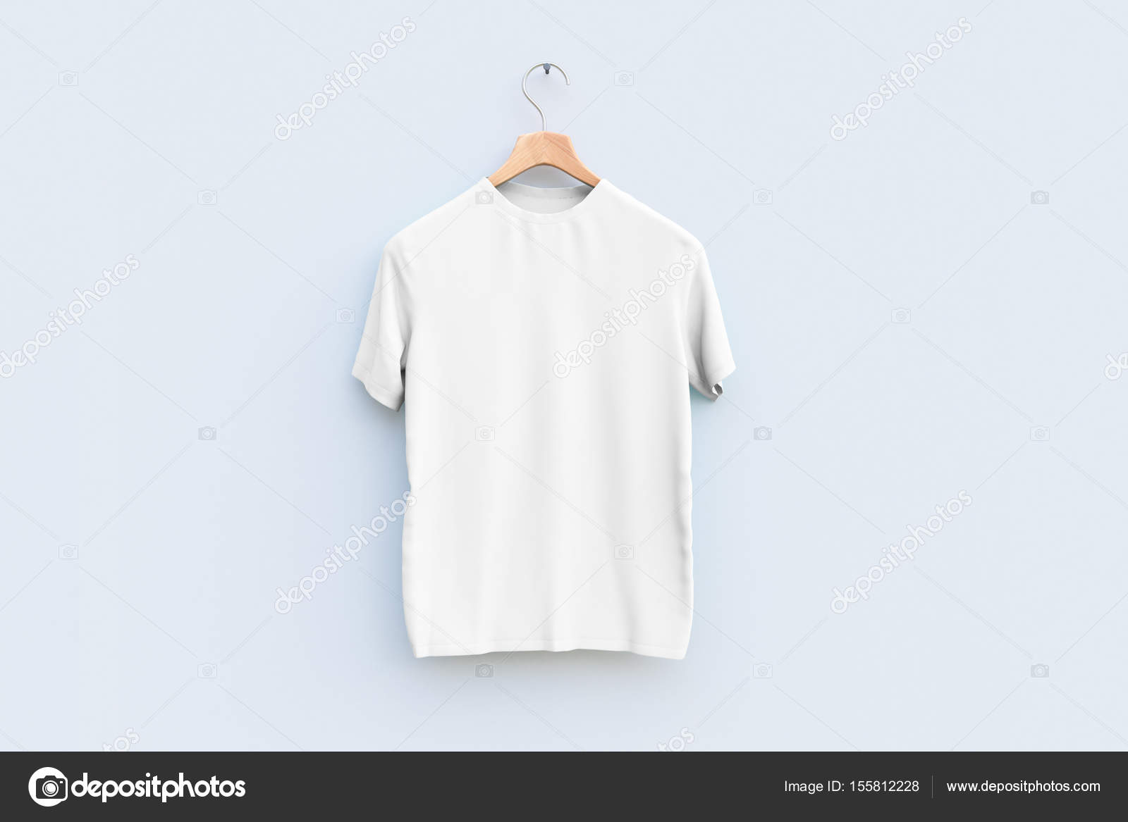 Kleiderbügel mit leeren weißen T-shirt Holzwand hängen. Ad-Konzept ...