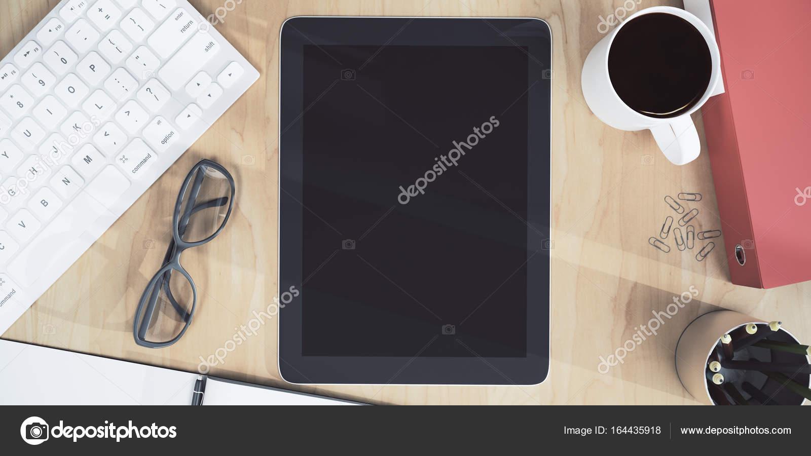 Bureau en bois avec tablette vide u photographie peshkov