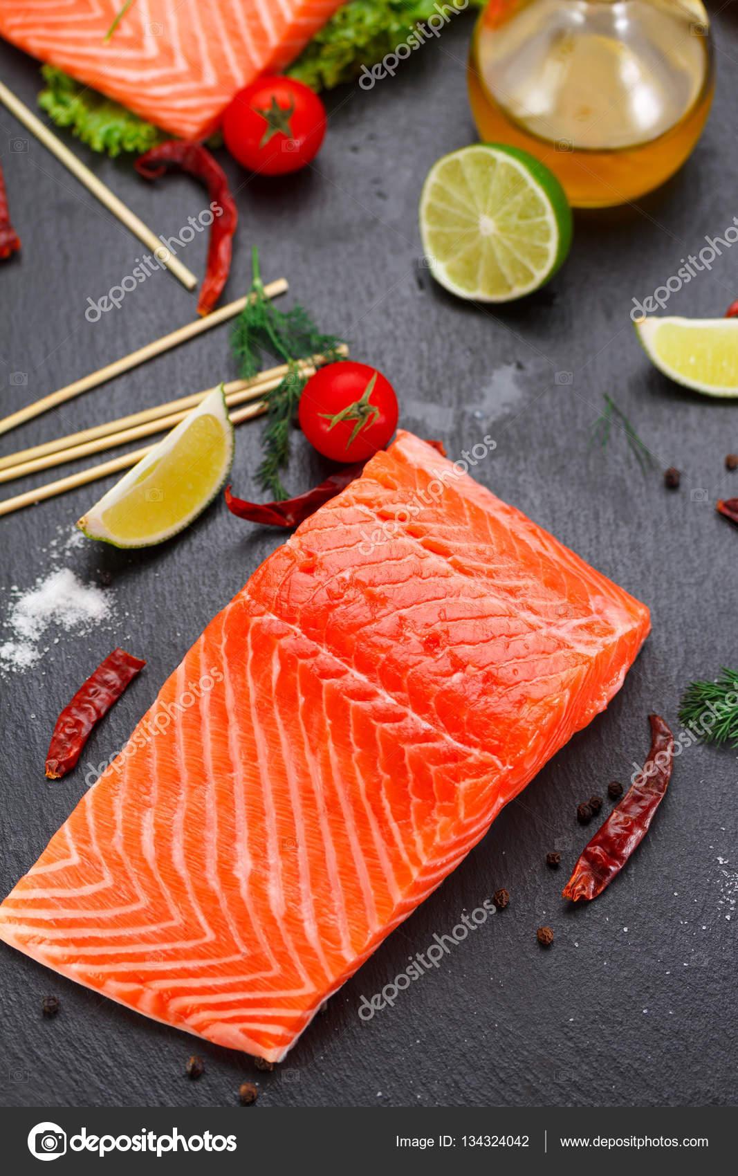 poisson rouge filet de saumon et de tomates de chaux et de piment sont pr ts pour la cuisson. Black Bedroom Furniture Sets. Home Design Ideas