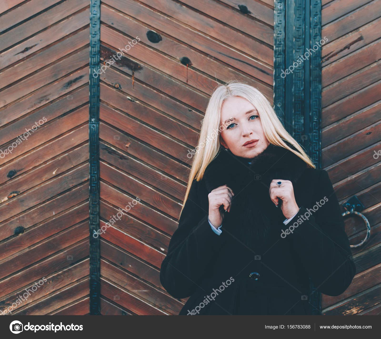 71e97f99bb27 Ξανθιά γυναίκα για μια βόλτα στην πόλη — Φωτογραφία Αρχείου ...