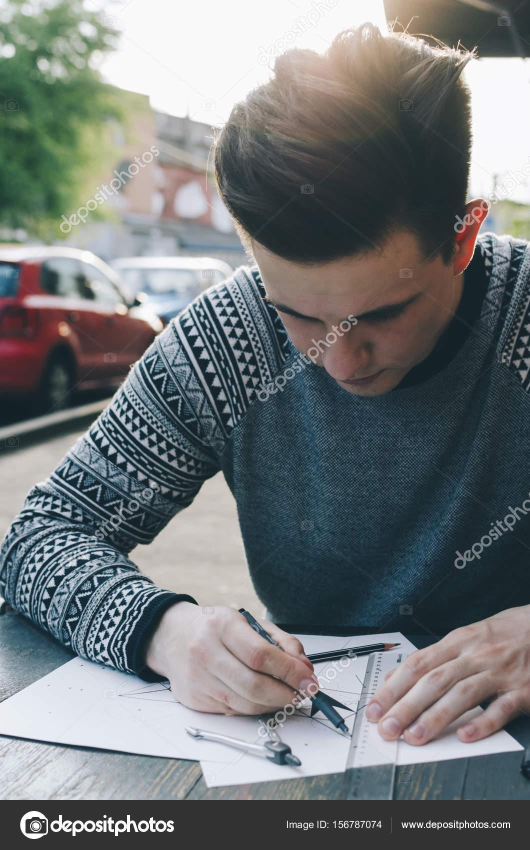 Uomo che disegna uno schizzo foto stock jangobeat for Disegna i piani domestici online