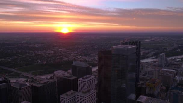 Antenna Video-ból napkelte és hajnalban fekszik Calgary belvárosától.