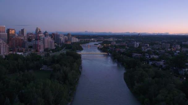 Riprese aeree di Calgary al tramonto e crepuscolo