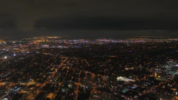 Letecké video z centra Denveru v noci.