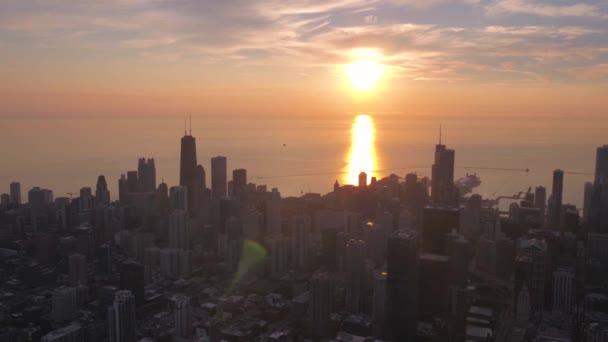 Chicago downtown során egy gyönyörű napfelkeltét reggel légi videó