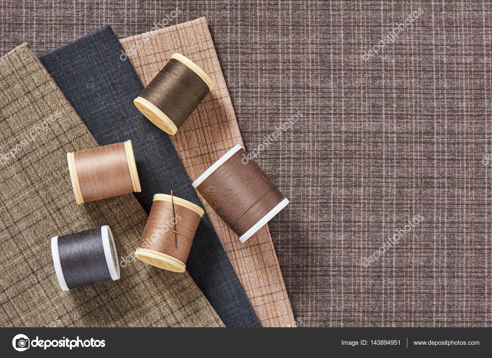 Bobine dei filetti su tessuto di cotone a scacchi per quilting e
