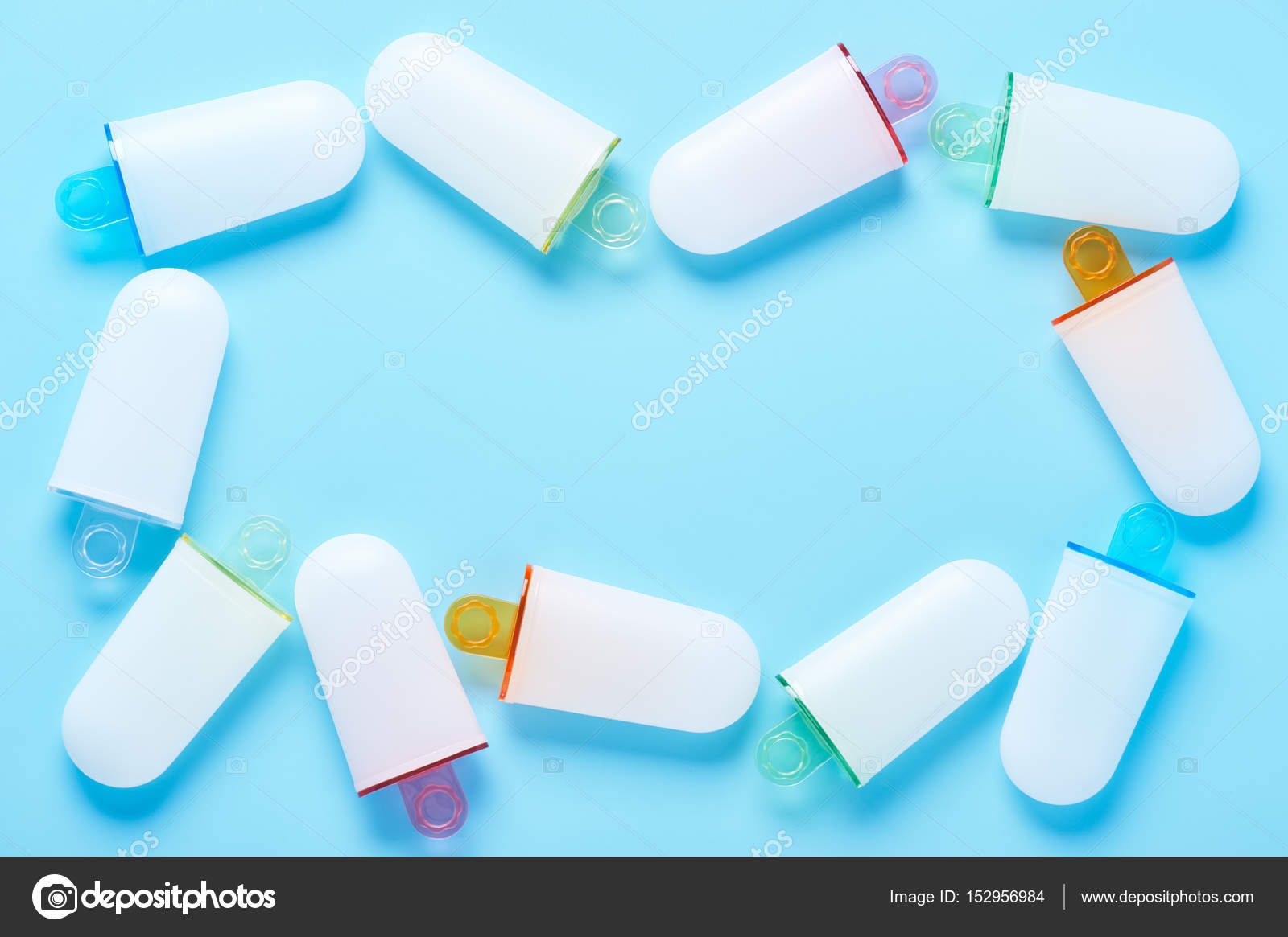Moldes de helado tumbado como un marco en superficie cian — Fotos de ...
