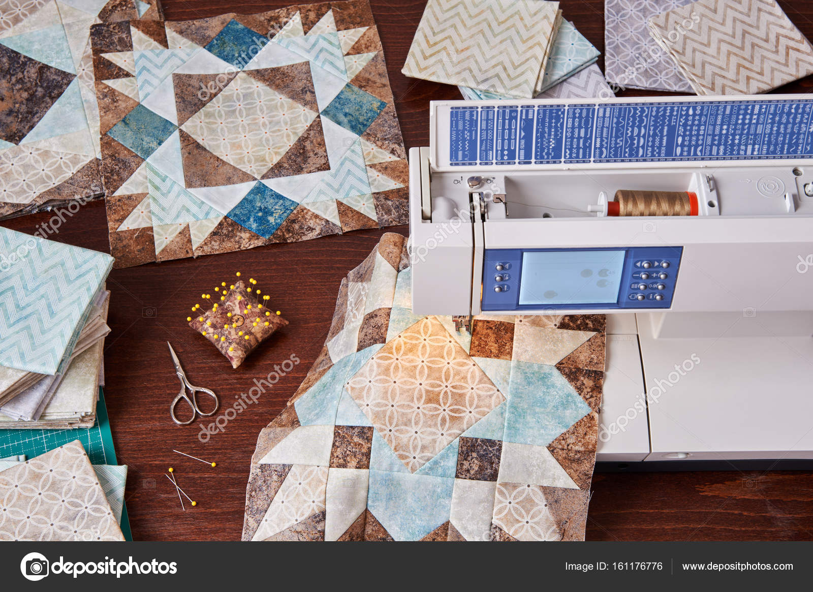Patchwork Met De Naaimachine.Naaimachine Met Patchwork Blok Voor Quilt Stockfoto