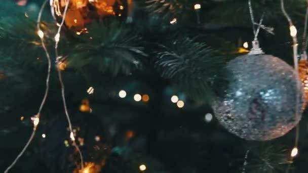 Vánoční stromeček hračky s girlandy close up