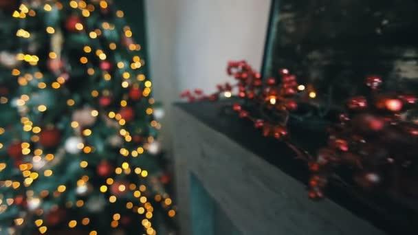 krásné červené girlandy zblízka s zdobené vánoční strom