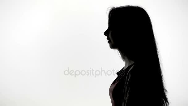Giovane donna che mostra in avanti nel profilo
