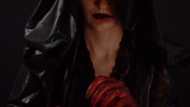 Žena s krví ruce ukazovat prostředníček