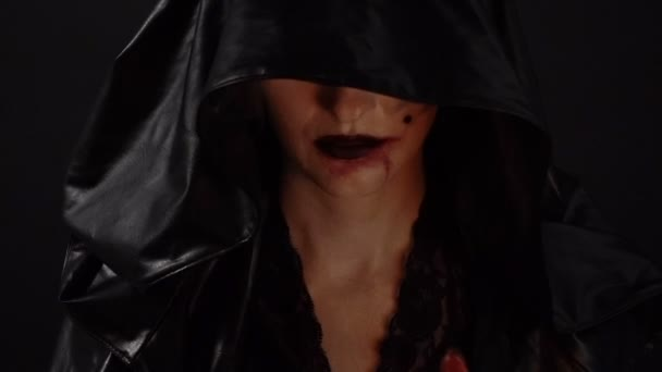 Čarodějnice s krví ruce dotýkají úst