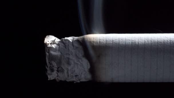 Videó parázsló cigaretta szűrővel