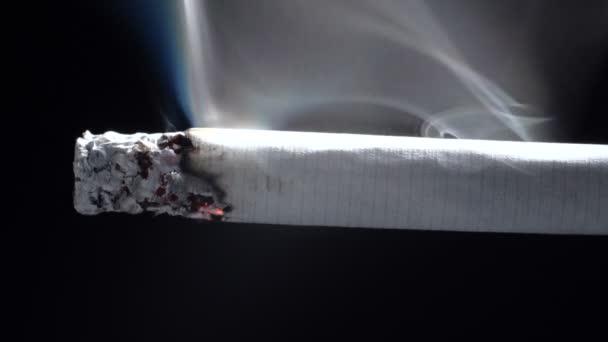 Fényképek a dohányzás cigaretta fekete alapon