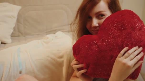 Ginger fiatal lány kék csipke pizsama piros párnával