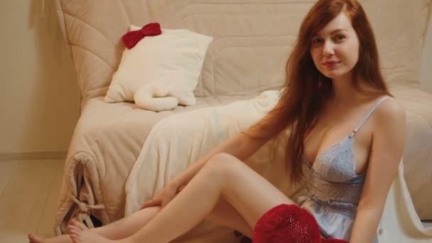 Videó gyömbér nő kék csipke pizsama piros párna